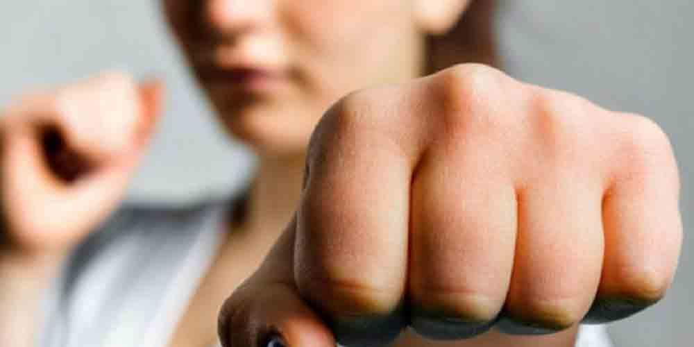 महिलाओं की आत्मरक्षा और आत्म-सुरक्षा के लिए एक संपूर्ण मार्गदर्शिका